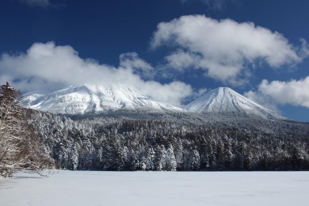 雪に覆われたオンネトーの湖面
