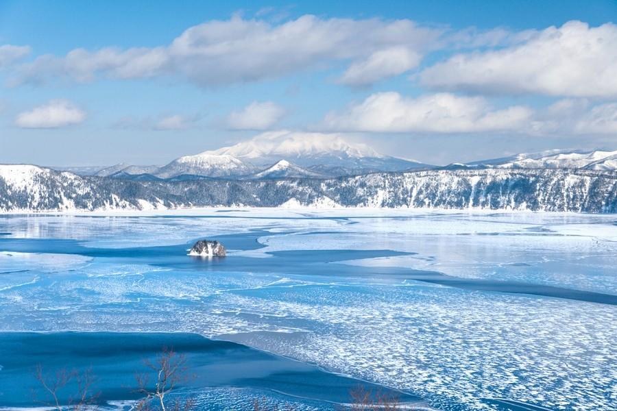 サファイアブルーの絶景!摩周湖が最も神秘的に輝く瞬間 冬の摩周湖