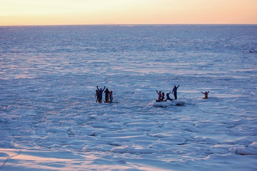 夕陽の中の流氷ウォーク