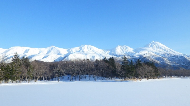 shiretoko-mountains-winter-and-sky