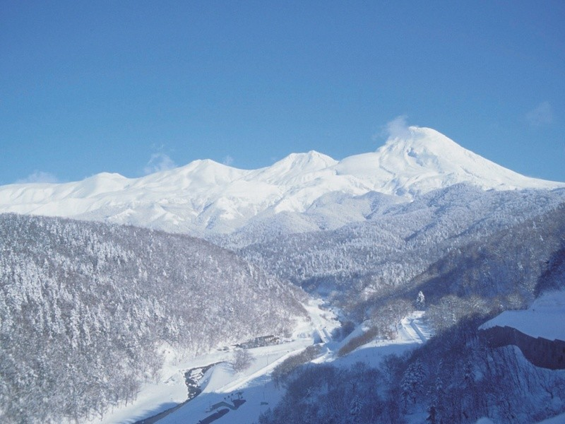 shiretoko-mountains-winter