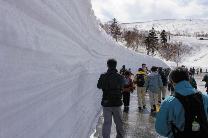 shiretoko-pass-snowblock-walk1