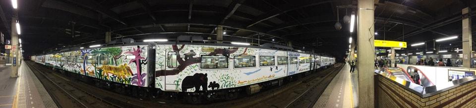 札幌駅停車中の旭山動物園号