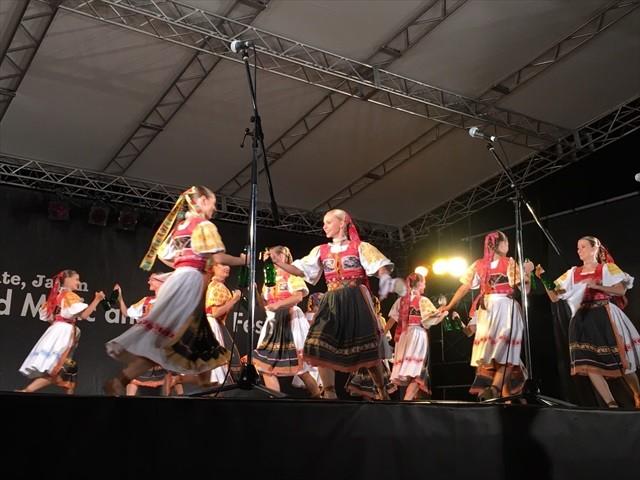 芸術祭で海外の伝統舞踊