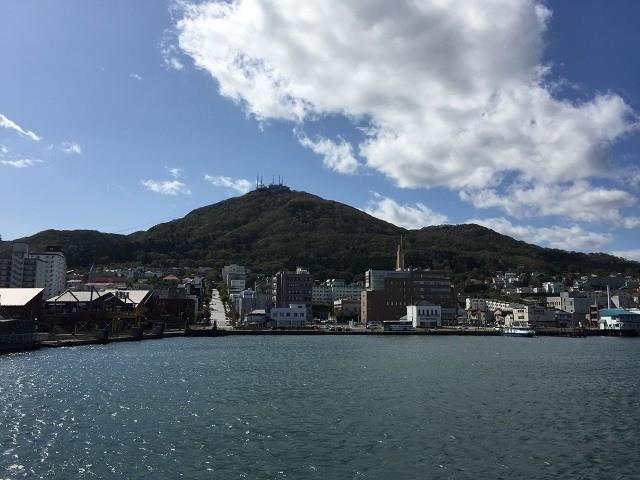 遠ざかる函館山