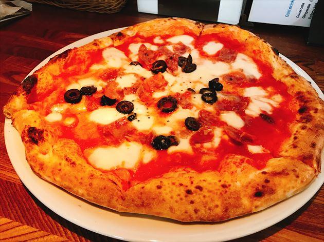デルソーレ サラミとオリーブのピザ