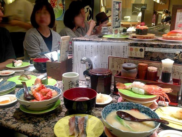 回転寿司 根室 花まる 皿でいっぱいのテーブル
