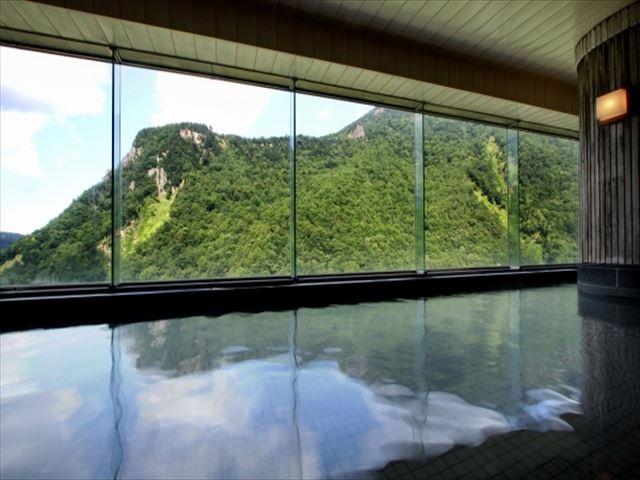 層雲峡温泉 壮大な山を望む大浴場