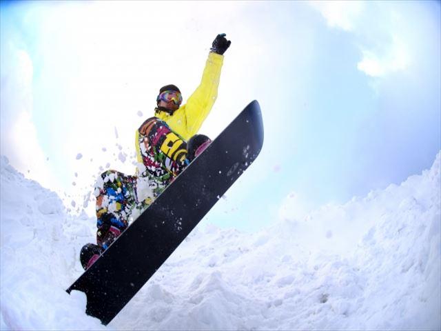 マウントレースイスキー場 ジャンプするスノーボーダー