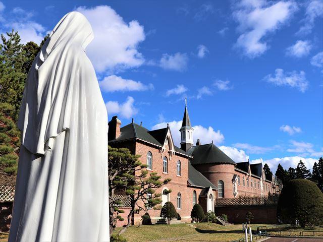 函館 トラピスチヌ修道院 聖テレジア像と司祭館・聖堂
