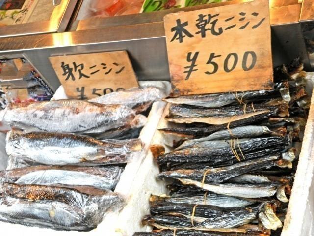 北海道 市場に陳列されたニシン