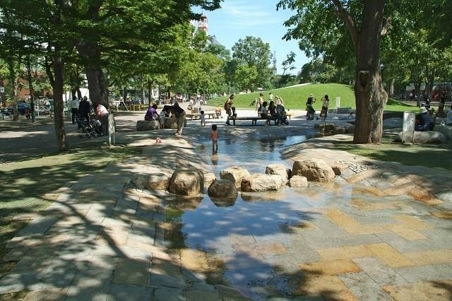大通公園 水遊びスポットで遊ぶ親子連れ