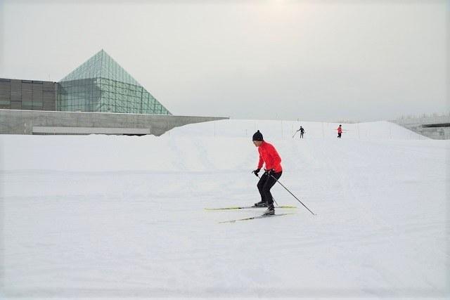 札幌 雪遊び モエレ山でスキーをする男性