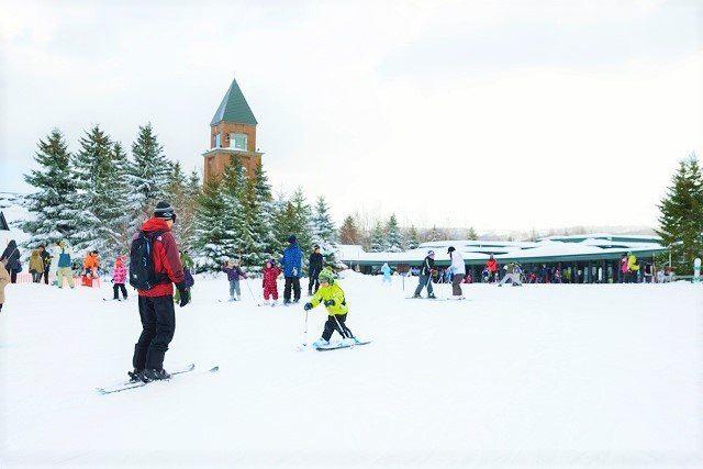 札幌 雪遊び 滝野すずらん公園 スキーをする親子
