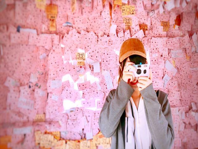 幸福駅 駅舎内 女の子とカメラ