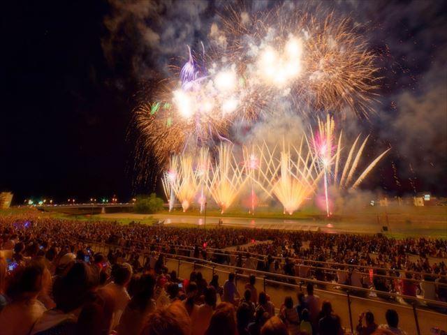 北海道 花火大会 観客と花火