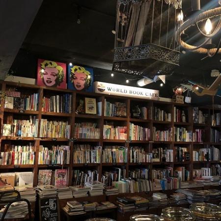 ワールドブックカフェ 本棚