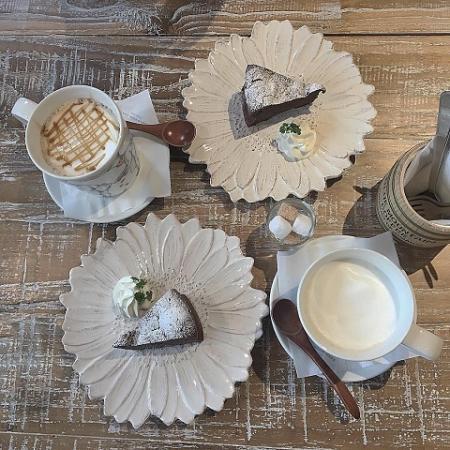 ワールドブックカフェ ガトーショコラとキャラメルオレとロイヤルズミルクティ