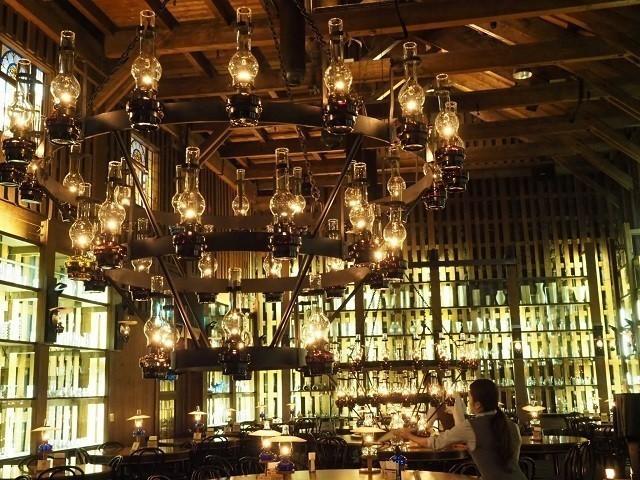 小樽観光 インスタ 北一ホール 天井の石油ランプに明かりを灯すスタッフ