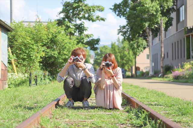 小樽観光 インスタ 旧国鉄手宮線にて写真を撮るカップル