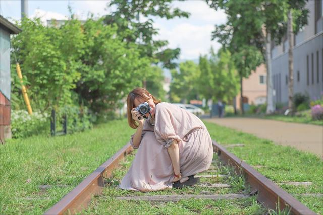 小樽観光 インスタ 旧国鉄手宮線でカメラ片手にポーズを決める女性