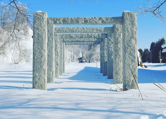 上野ファーム インスタグラム 冬 石のゲート