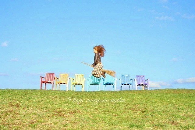 上野ファーム インスタグラム カラフル椅子の前でほうきにまたがる女性