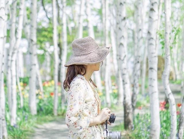 上野ファーム インスタグラム 白樺の森で写真を撮る 花柄ワンピの女性