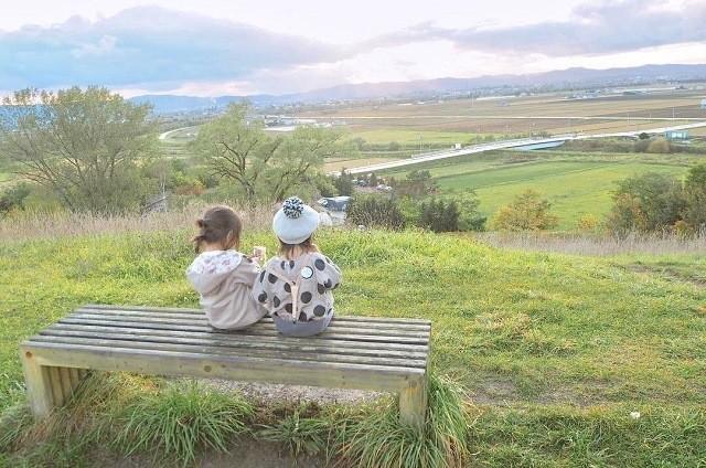 上野ファーム インスタグラム ベンチで田園風景を眺める子どもたち
