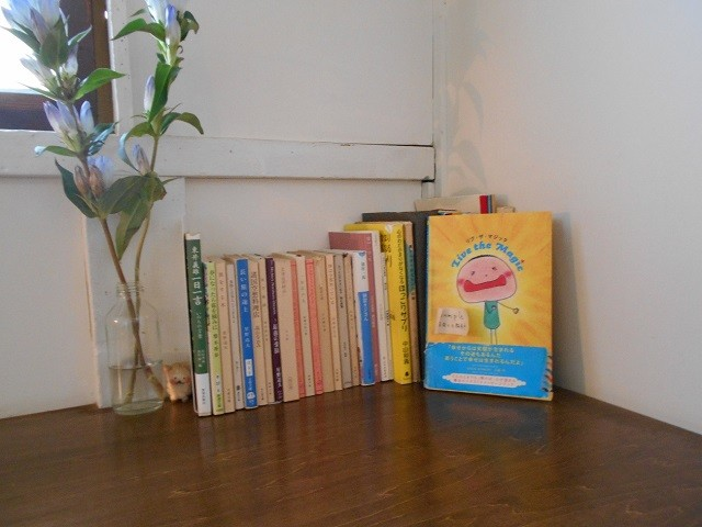 海と硝子 cafe classic hakodate 店内に置かれた絵本