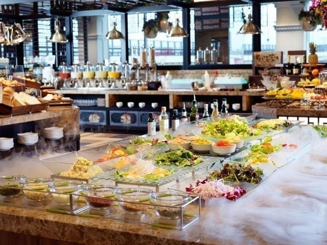 函館 センチュリーマリーナ 種類豊富なサラダバー スパークリングワインの飲み放題 おしゃれな朝食会場