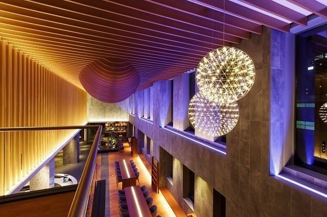 函館 センチュリーマリーナ ゴージャスな内装 彩られた空間 天井からつるされた飾り