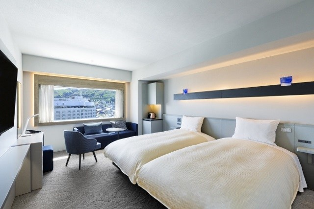 函館 センチュリーマリーナ シンプルな客室 青と白を基調とした落ち着いた部屋 最高級寝具メーカーのシモンズと共同開発
