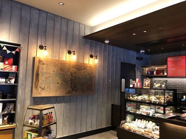 函館 スターバックス 道産木材をたっぷり使ったという店内 壁には航海時代を思わせるようなアート