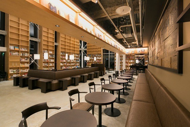 函館 スターバックス 天井まで続く大きな窓のある吹き抜けの空間 壁一面に広がる本棚