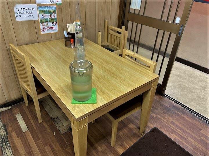 らあめん千寿 店内 テーブル
