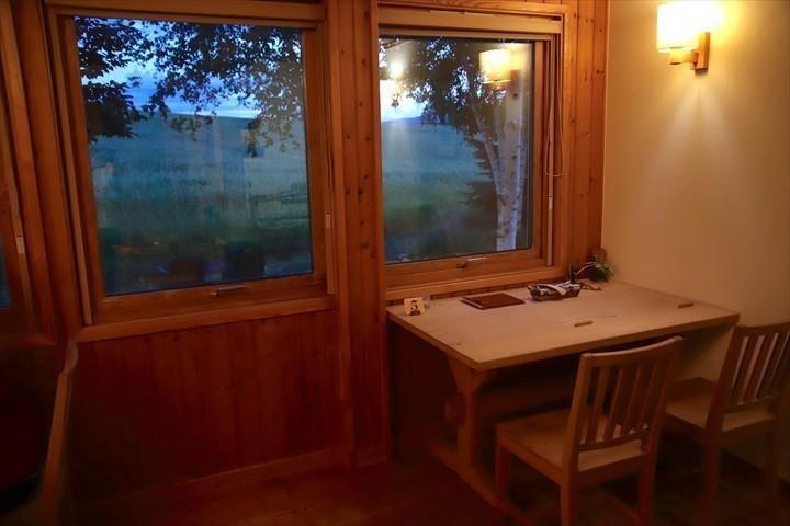 トムテルム 窓辺のテーブル